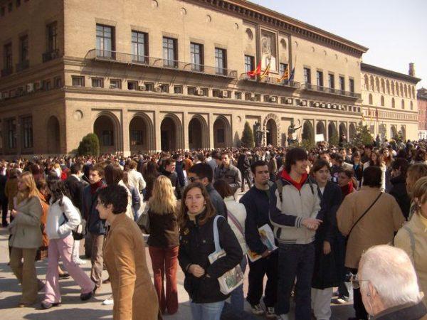 zaragoza-concentracion-estudiantil-en-la-plaza-del-pilar-protesta-por-atentado-11-m-640x480