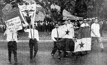 Estudiantes del Instituto Nacional de Panamá marchan para izar la bandera en la Escuela de Balboa, Zona del Canal, el 9 de enero de 1964. ¡UN SOLO TERRITORIO UNA SOLA BANDERA!