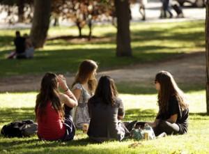 Jovenes conversando en el parque del Retiro de Madrid el 8 de octubre de 2011.