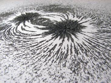 Experimento para visualizar campos magnéticos. Imagen de Windell Oskay.