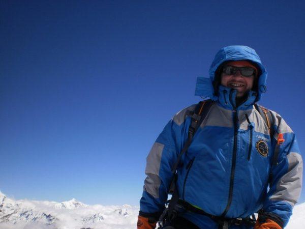Raúl Muñoz en la cumbre del Mera Peak – 6.476m