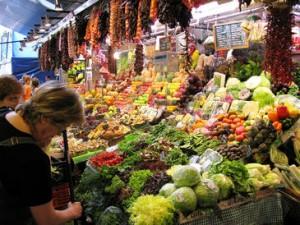 Las comidas principales de la dieta mediterránea no pueden prescindir de tres elementos: cereales, verduras y frutas y productos lácteos. Imagen: SINC.