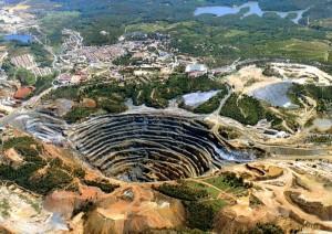 Dimensión del hoyo de un yacimiento de extraccion mineral a cielo abierto