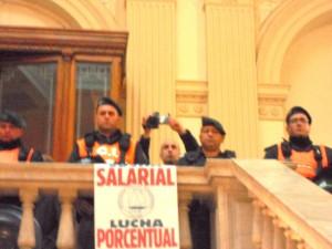 Fuerzas de seguridad sacando fotos ante protestas