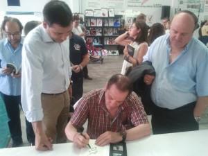 Perico, durante la firma de ejemplares de Guantes Rotos