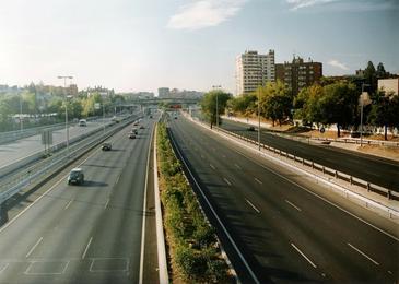 Tramo de la M30. Abajo a la izquierda se observan las marcas cuadradas bajo las que están los detectores. Imagen: SICE/Ayuntamiento de Madrid.