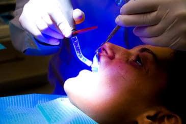 El contagio emocional positivo en la familia podría llegar a inducir en el niño el estado adecuado que facilite la atención dental. Imagen: Conor Lawless.