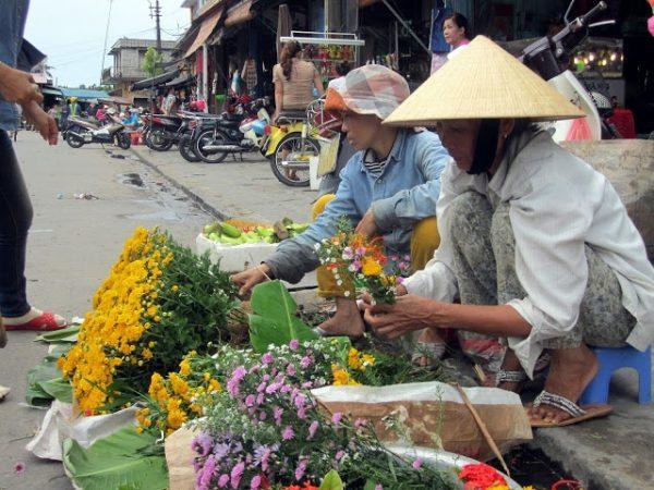 Hoi An. Mercado y vendedoras de flores