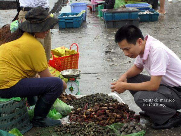 Vendedores en puerto de Cua Rong