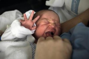 Los adultos no reconocen fácilmente qué emoción es la que provoca las lágrimas de los bebés. / SINC.