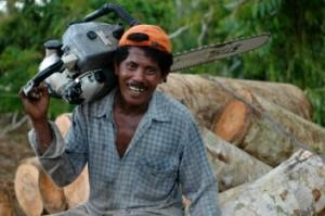 Investigación reciente muestra las complejas relaciones que existen entre las industrias, el medio ambiente y la población local que habita o depende de los bosques tropicales. Fotografía cortesía deJan van der Ploeg/CIFOR