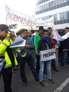 Los manifestantes gitanos exigieron trabajo digno ante la sede del Ministerio de Trabajo de Bratislava / Denisa Havrfova. Fuente: http://www.unionromani.org/