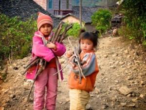 Niños recolectan leña para cocina. Distrito de Tianlin County, Región Autónoma de Guangxi Zhuang , China. Fotografía de Nick Hogarth/CIFOR