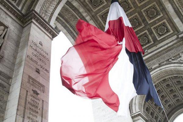 Bandera francesa ondeando en el interior del Arco el Triunfo