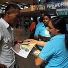 Personal de Senacyt de Panamá reparte fascículos educativos en la Gran Terminal de Transporte de la capital Senacyt de Panamá