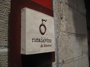 Placa indicadora de la Ruta del Vino de Navarra