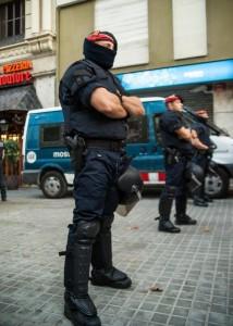 ¿Acaso existe mayor violencia y coacción que la que el Gobierno lleva a cabo mediante las Fuerzas del mal llamado 'orden público', siempre dispuestas a servir a su amo? Foto: Wiros