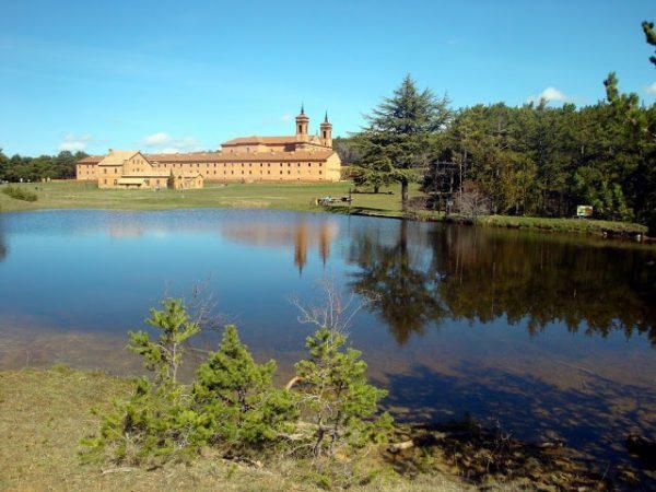 Otra vista del Monasterio Nuevo de San Juan de la Peña. Foto Eugenio Mateo