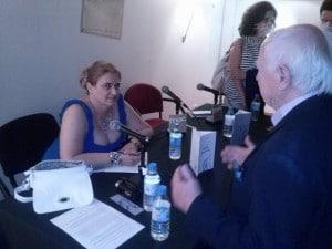 Mª José Castejón firmando el libro Solfea mis Curvas al filósofo alemán Benno Hübner