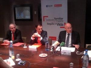 De izquierda a derecha: Ángel Melús, responsable de Seguros de Banco Santander en Aragón, Javier Gallardo, director comercial de Banco Santander en Aragón y Eduardo Creagh, director técnico del Libro Blanco sobre Protección Familiar en España y Seguro de Vida.