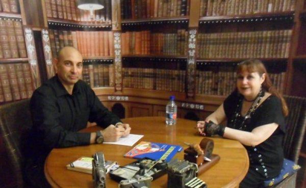 """""""El Lobo Estepario"""": Raúl Tristán (izda.) entrevista a la historiadora Adela Rubio (dcha.)"""