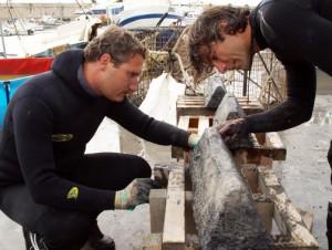 Buzos junto a un lingote romano de plomo extraído del pecio Bou Ferrer. / Jose A. Moya - UA