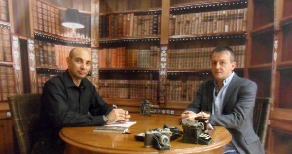 """""""El Lobo Estepario"""": Raúl Tristán (izda.) entrevista al periodista y activista Fernando Rivarés (dcha.)"""