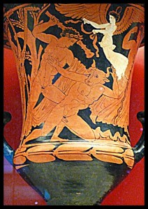 Crátera de cálice que representa a Teseo matando al Minotauro, (s. IV a.e.), expuesta en el Museo Arqueológico Nacional de Atenas. Foto: Becante
