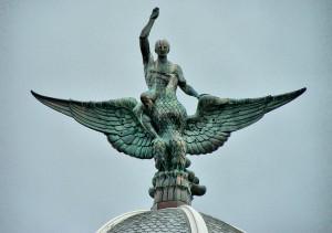 Escultura de Bronce colocada no alto do edificio Fénix que da os Cantons da Coruña. Foto: jl.cernadas