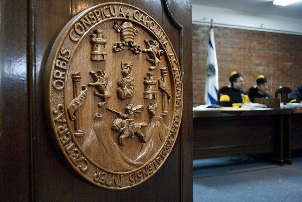 Logotipo tallado de la Tricentenaria Universidad de San Carlos de Guatemala.