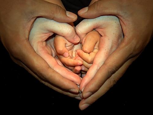 perdonar familia manos corazón