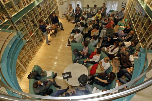 Biblioteca del Diario de Navarra durante una sesión literaria