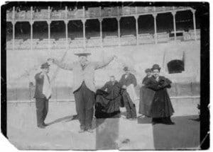 Ortega -a la derecha con bombín y capote- en 1900.