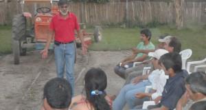 Lic. Roque Arguello,presidente de TECNICOOP capacitando a  campesinos