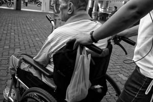 cuidador silla ruedas anciano