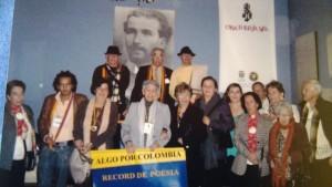 """La Casa de Poesía Silva lugar donde se realizan constantes encuentros de Poesía y """"Algo por Colombia"""", es una organización que promueve encuentros y tertulias poéticas. Delascar Vargas recibiendo uno de los premios."""