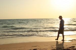 hombre en una playa