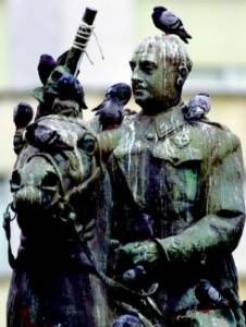 estatua ecuestre franco cagada palomas