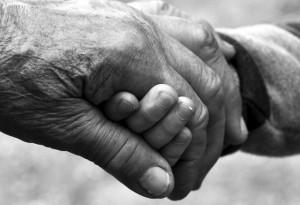 mi abuelo manos niño y abuelo