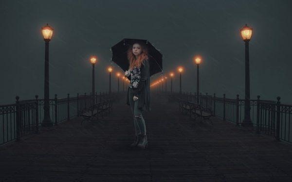 chica noche lluvia