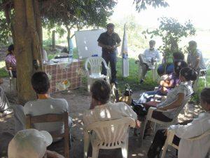 Cr. Luli Aquino enseñando cooperativismo a campesinos