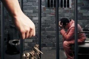 Cobrar siempre por estar en la prisión provisional si hay absolución.