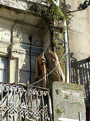 gabardina-en-el-balcon